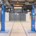 Lifting equipment with two fixed columns